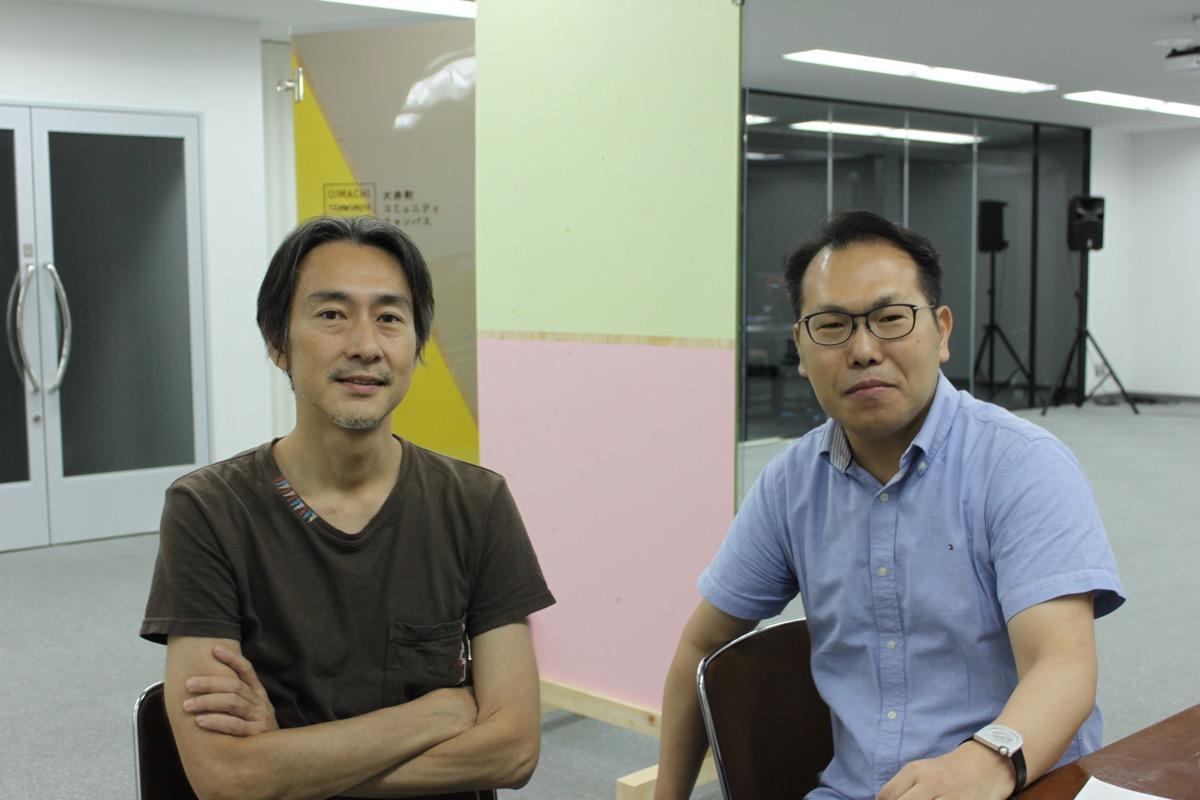 坂倉杏介先生(左)と「まちづくりの文法」づくりに取り組む